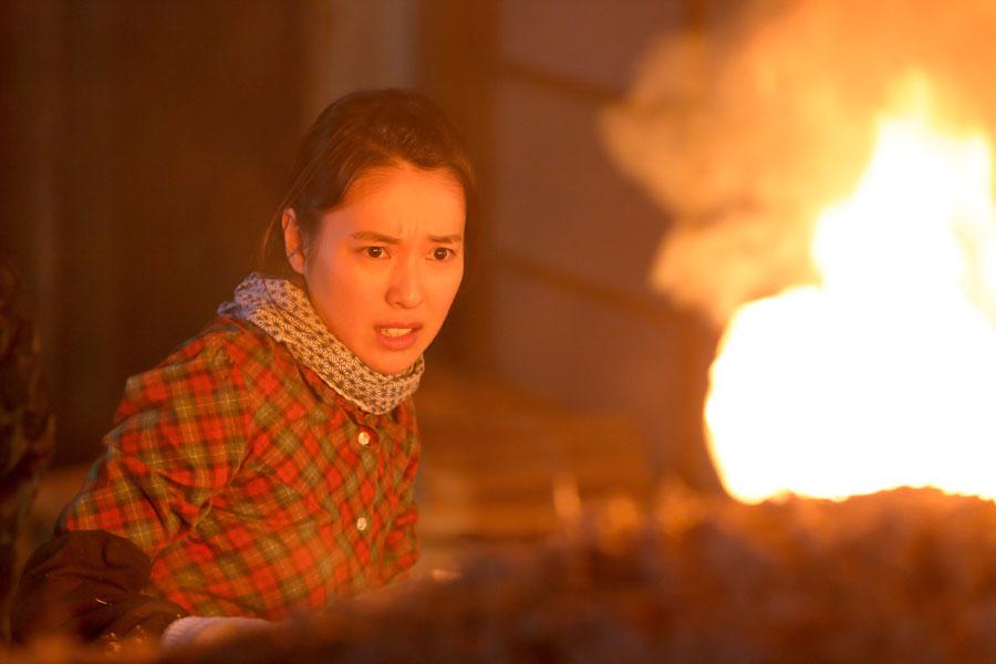 第1回放送より、窯から吹き出す炎に驚く喜美子(戸田恵梨香)