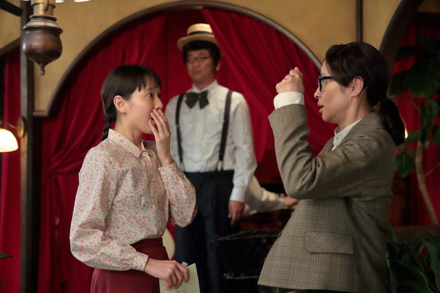 第18話の終盤、喜美子(戸田恵梨香)とちや子(水野美紀)が会話する後ろで突然歌い出した雄太郎(木本武宏)
