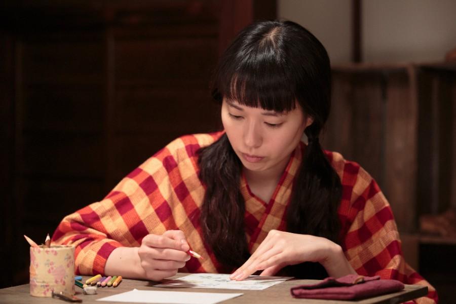 何かを考えながら絵を描く喜美子(戸田恵梨香)©NHK