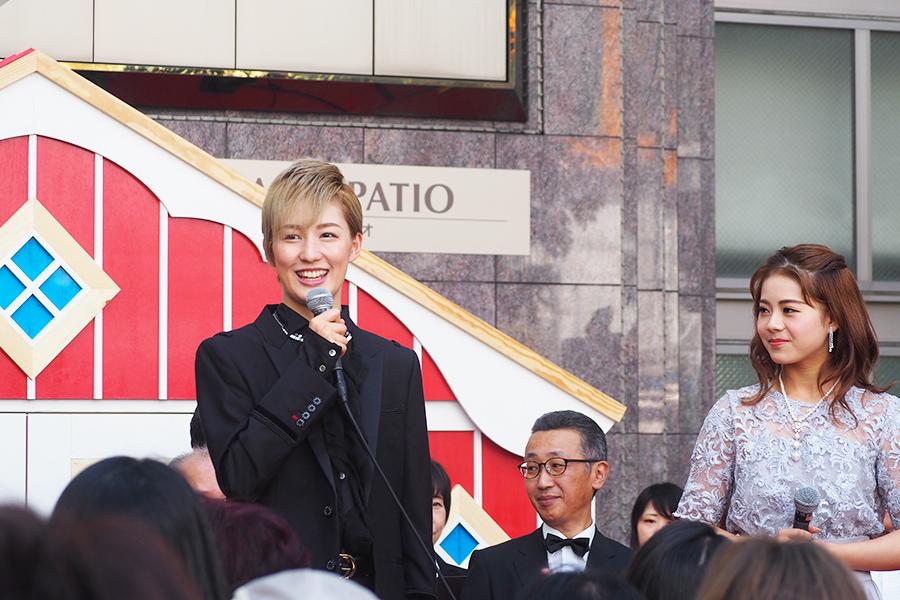 横浜出身の聖乃あすか(左)は、「神戸は横浜のみなとみらいに似ているなと感じています。親近感が湧いて地元を思い出す気がします」とトーク