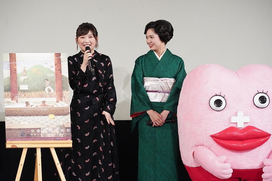 舞台挨拶に登壇した二階堂ふみ(中央)と伊藤沙莉(左)、右は生理ちゃん(19日・よしもと祇園花月) © 京都国際映画祭