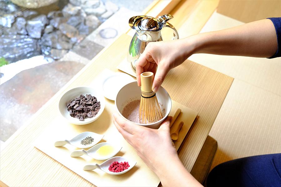 「茶筅ショコラ」(ドリンク付き1540円)はコショウ、蜂蜜、ラズベリーのトッピングで味の変化も楽しめる