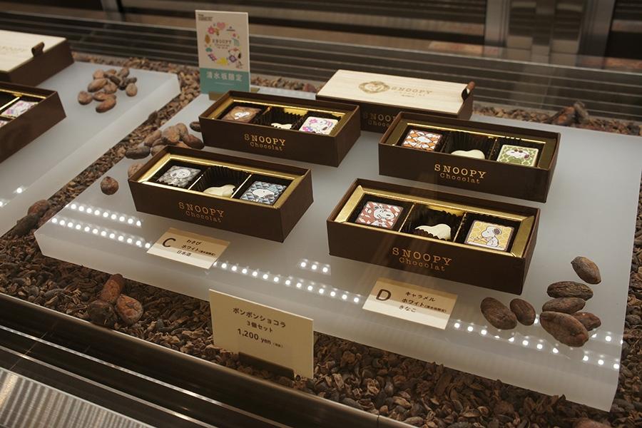 高級感のある木箱に入った「ボンボンショコラ」(3個セット1200円・税別)