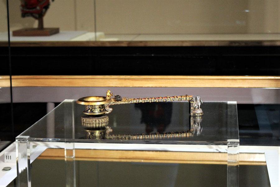 金象嵌によって文様が表され、獅子の飾りや水晶、色ガラスがあしらわれた豪華絢爛な仏具の香炉「紫檀金鈿柄香炉(したんきんでんのえごうろ)」