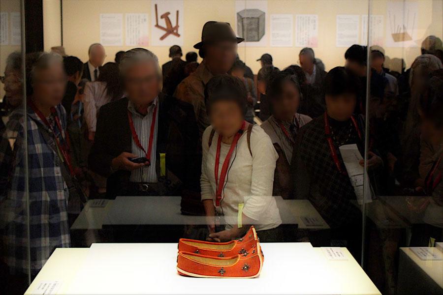 『東大寺大仏開眼会』で聖武天皇が履いたとされる「衲御礼履 (のうのごらいり)」を眺める招待客(10月25日・奈良国立博物館)