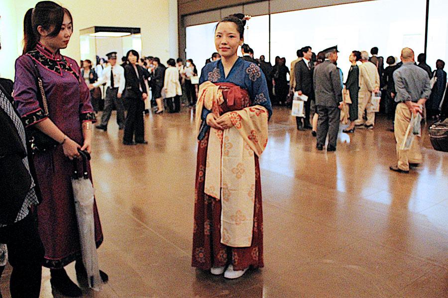 「両国の文化が繋がっていると感じた」と、唐の装束を着て正倉院宝物を観た中国人留生リュウ・イウンさん