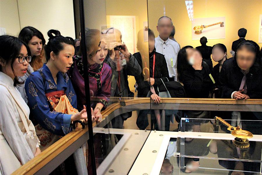 「紫檀金鈿柄香炉(したんきんでんのえごうろ)」を観るリュウさん(左から3人目)。中国で唐時代のドラマを観ていたので、柄香炉がどのように使われていたか良く知っているという