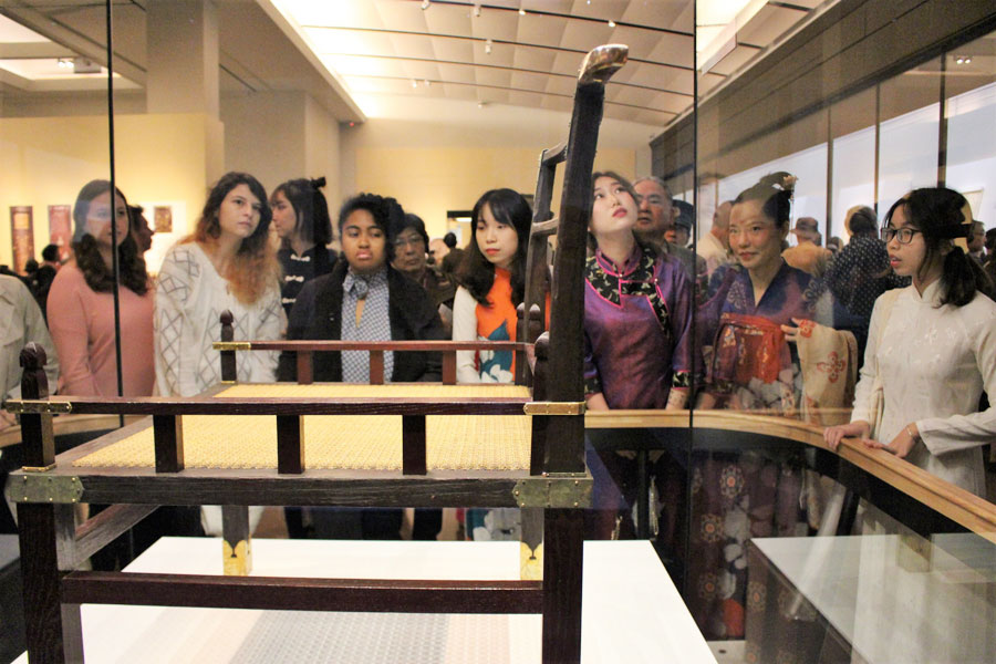 『正倉院展』の内覧会に訪れた奈良女子大学の留学生ら。8カ国それぞれみな、自国の民族衣装を身にまとっている(25日・奈良国立博物館)