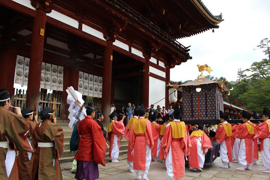 行列の移動の途中、「東大寺大仏殿」前におろされる御鳳輦