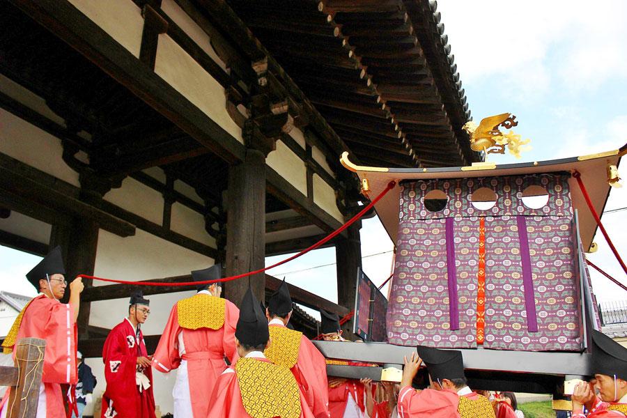 60年ぶりに神輿「御鳳輦」が転害門(国宝)をくぐる瞬間