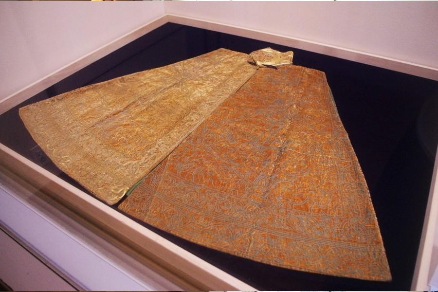 実際に豊臣秀吉が羽織っていたという、名古屋市指定文化財のビロードマント(13日・大阪城天守閣)