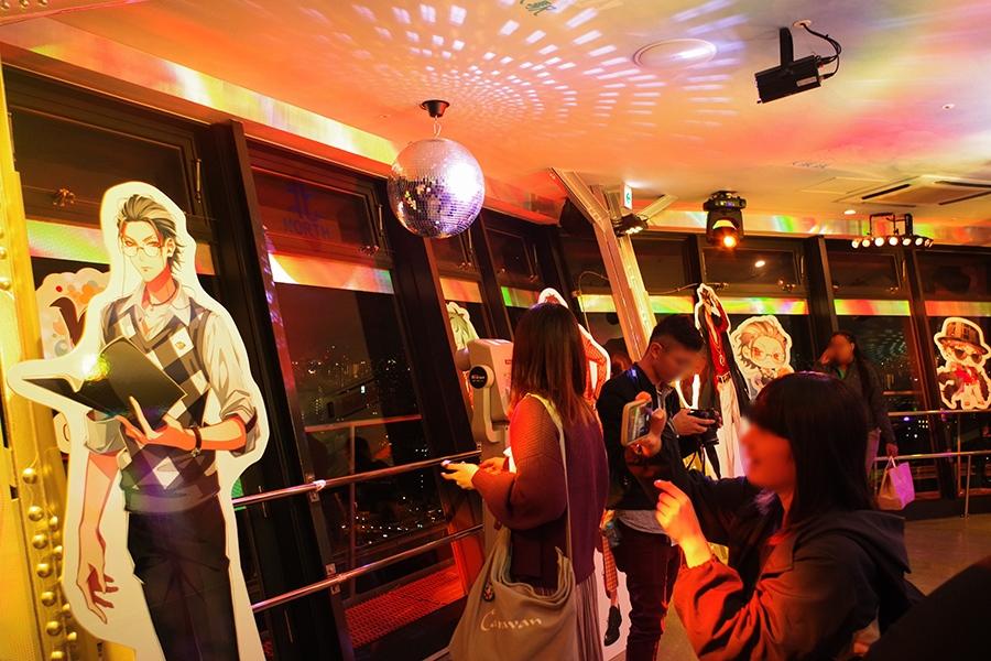 「通天閣」の展望台。ファンの女性をはじめ、海外観光客も訪れ、平日の夜にも関わらず大盛況(10月17日)