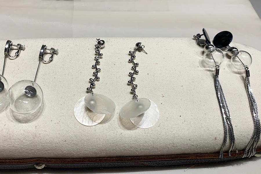 ガラスや水牛の骨を津会ったコンテンポラリーなアクセサリーを展開する「minami」