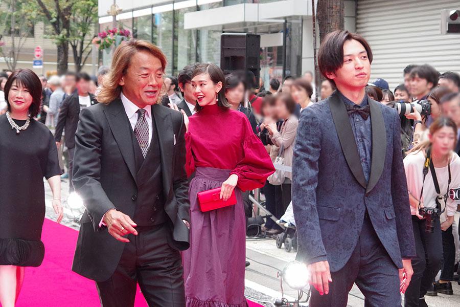 手前右が北澤豪、中央が桐谷美玲、左が桐山漣