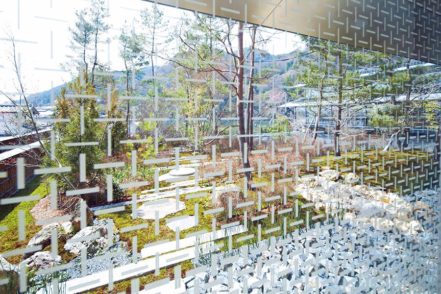 網代模様から発想を得た壁面ガラス