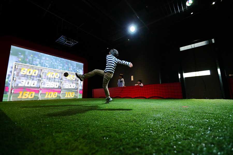 「フットボールチャレンジ」では、乾選手からボールをパスしてもらえる気分を味わえる