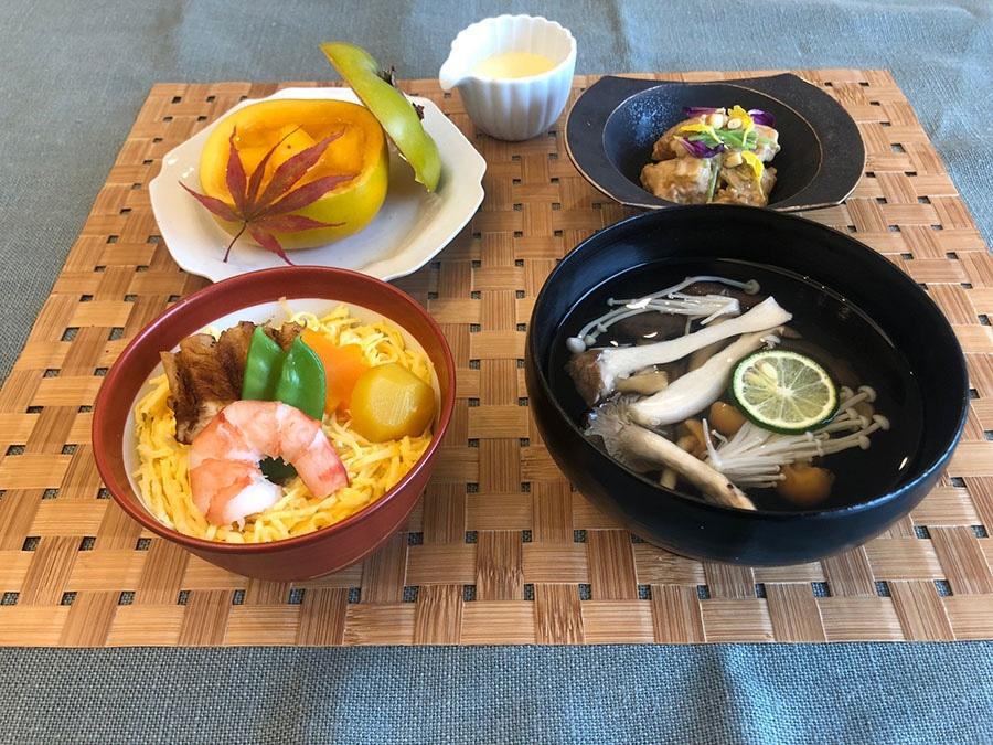 レッスンの予定メニュー。穴子の蒸し寿司、柿の胡麻和え、きのこ汁、柿の白ワインよせ柿釜