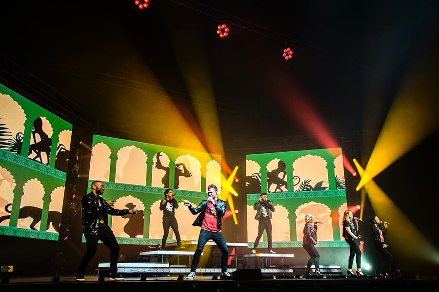 7人組アカペラグループ・ディカペラのステージ