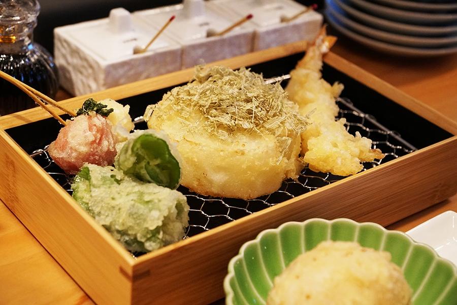 変わり種天ぷらも提供する「天ぷら 天寅」