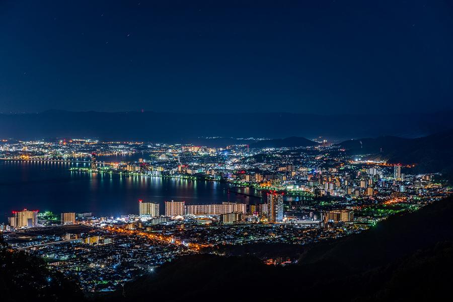 街の灯りに照らされた琵琶湖も眺められる