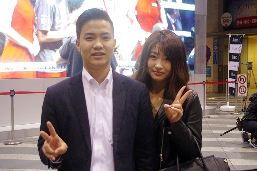 大阪市内から訪れた末松創さん(左)と小倉彩花さん(7日・大阪市内)