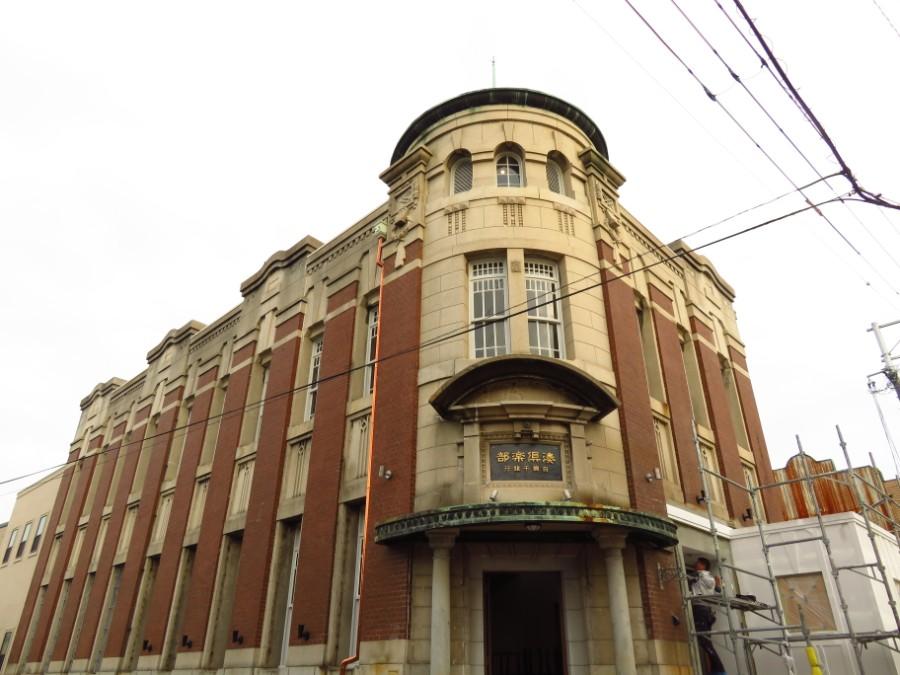 レンガ造りの縦のラインと丸いドーム屋根が特徴的な「旧網干銀行本店」の建物(10月29日・兵庫県姫路市)