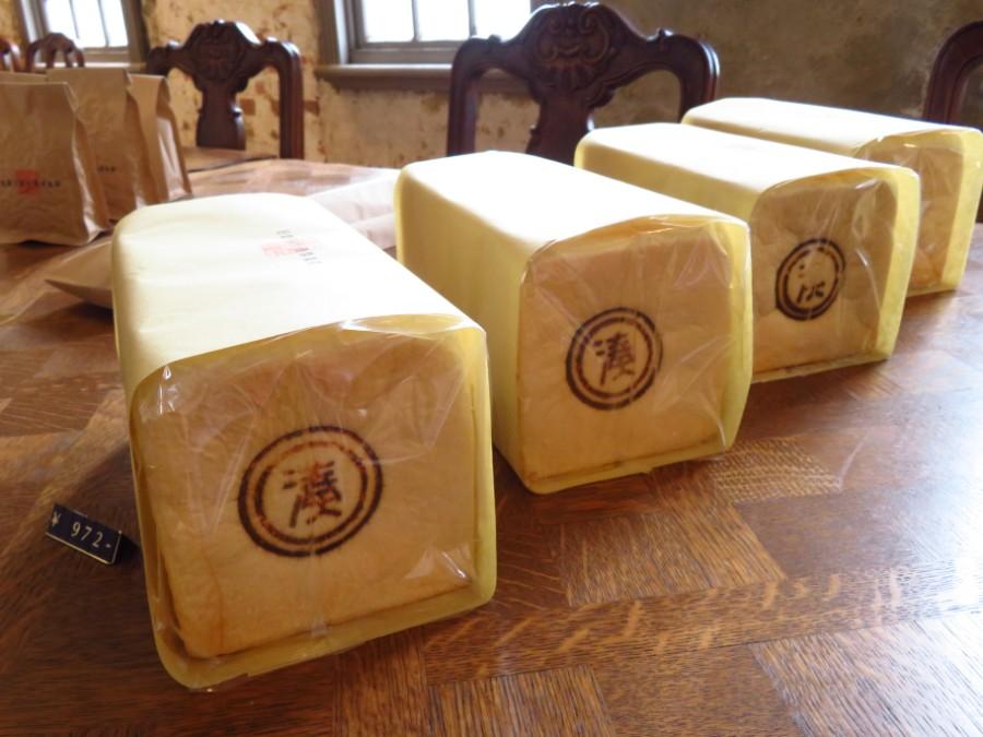 息子の鵜鷹絢さんが焼く特製パン。古い建物にふさわしく、流行の「生食パン」とは逆にトーストしてこそおいしい食パン。1斤680グラムと中身がぎっしり詰まっている(972円)