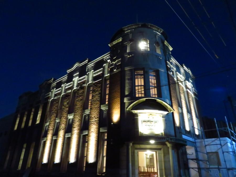 日が暮れて灯りがともり、昼間とは違う趣きを見せる建物。完成に近づきオーナーの鵜鷹さんは、「建物が生きてきた」と話した