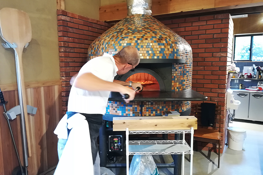 ピッツァの本場、イタリアのトップメーカーから取り寄せた窯で作る