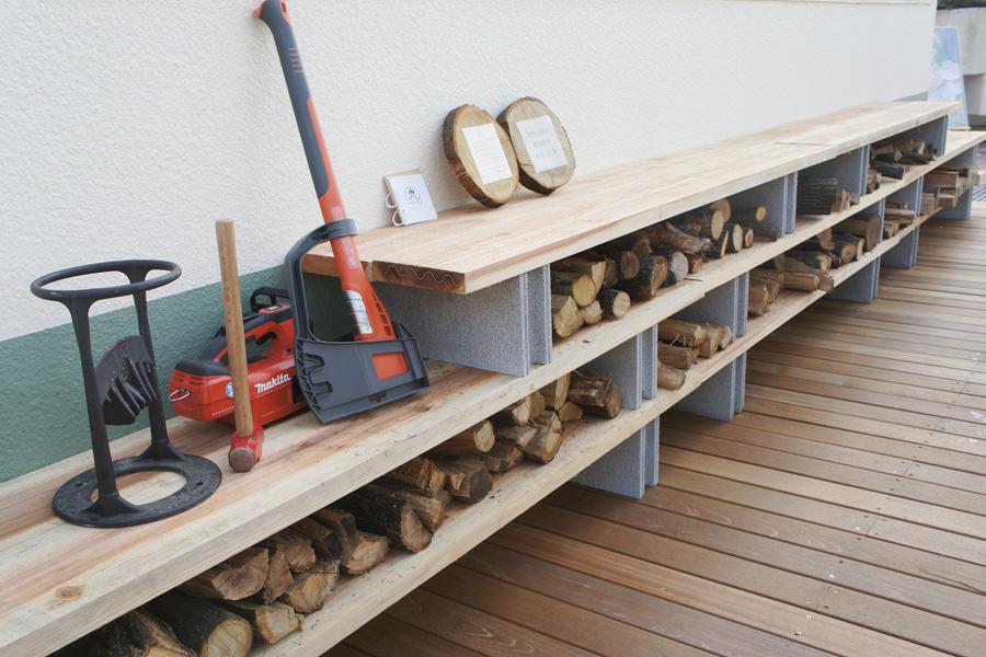テラス席には、万博公園内の木で作った薪がずらり