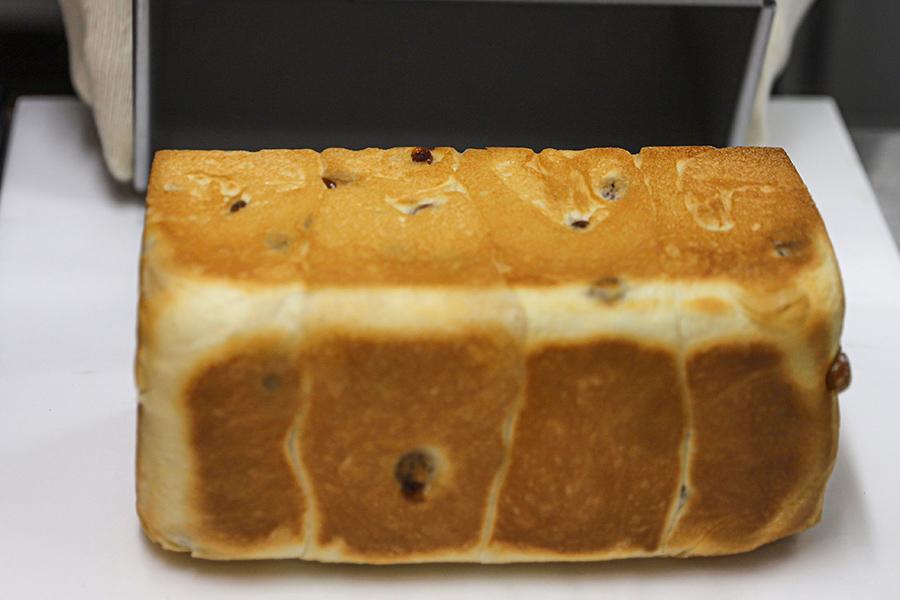 店内で焼き上げる食パンは、耳までやわらか