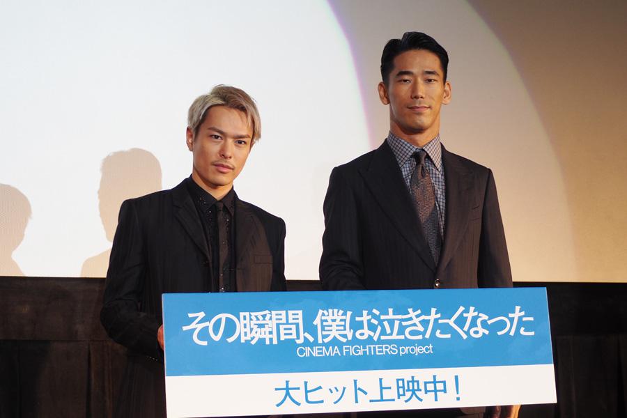 『その瞬間、僕は泣きたくなった』の舞台挨拶に登壇した今市隆二(左)と小林直己(9日・大阪市内)