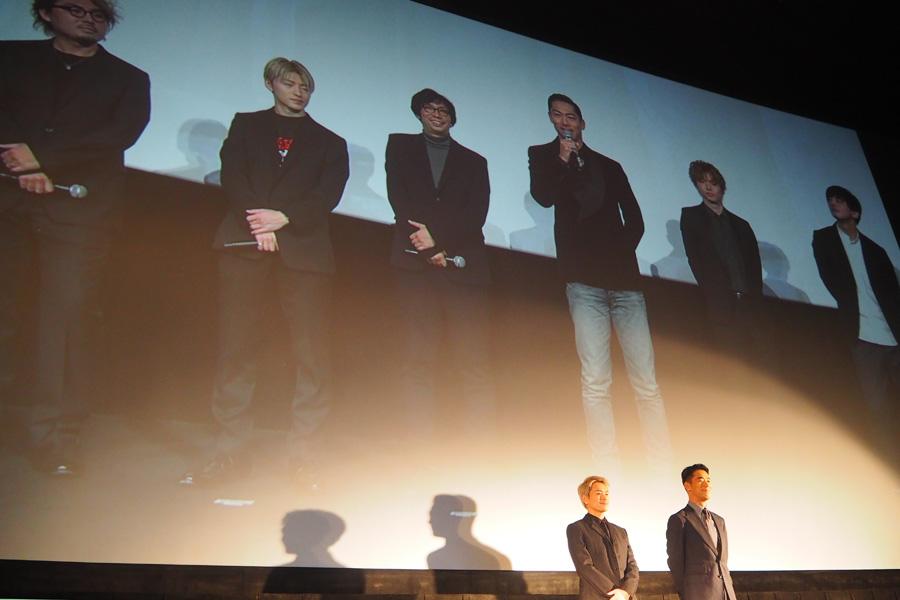 『その瞬間、僕は泣きたくなった』の舞台挨拶の東京・大阪2元中継の様子。大阪には今市隆二(左)、小林直己が登壇した(9日・大阪市内)