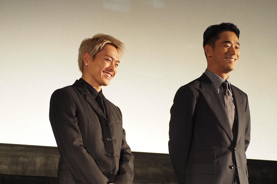 AKIRAに絶賛され、照れる今市隆二(左)と小林直己(9日・大阪市内)