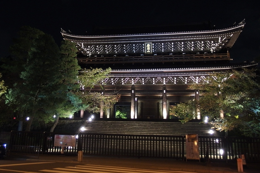 日本最大級の木造二重門である国宝「三門」など境内各所がライトアップ(1日・知恩院)