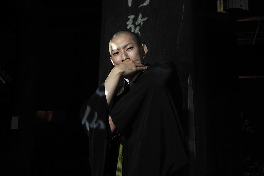 ブレイクダンスを披露する知恩院 僧侶・河原さん