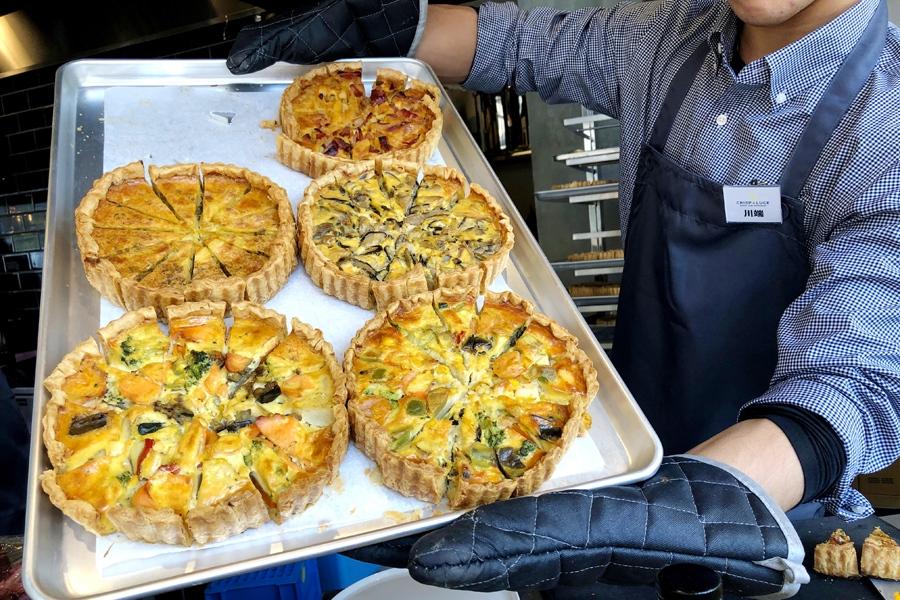 スパイシーポテトとベーコン、鶏もも肉と色々きのこ、魚介とアボカド、スモークサーモンとグリル野菜、4種のチーズなど焼きたてパイ