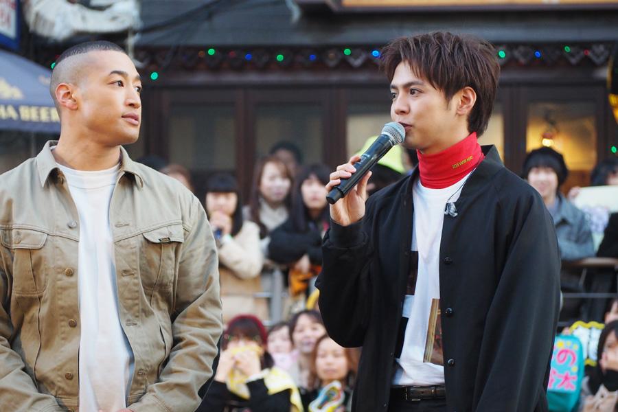 「7周年の日を地元で祝えて幸せ」とコメントする大阪出身の片寄(右/21日・大阪市内)