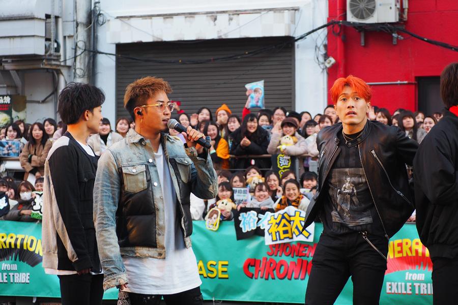 「こんなに多くのみなさんに集まっていただき、幸せです」と話す数原龍友(中央/21日・大阪市内)