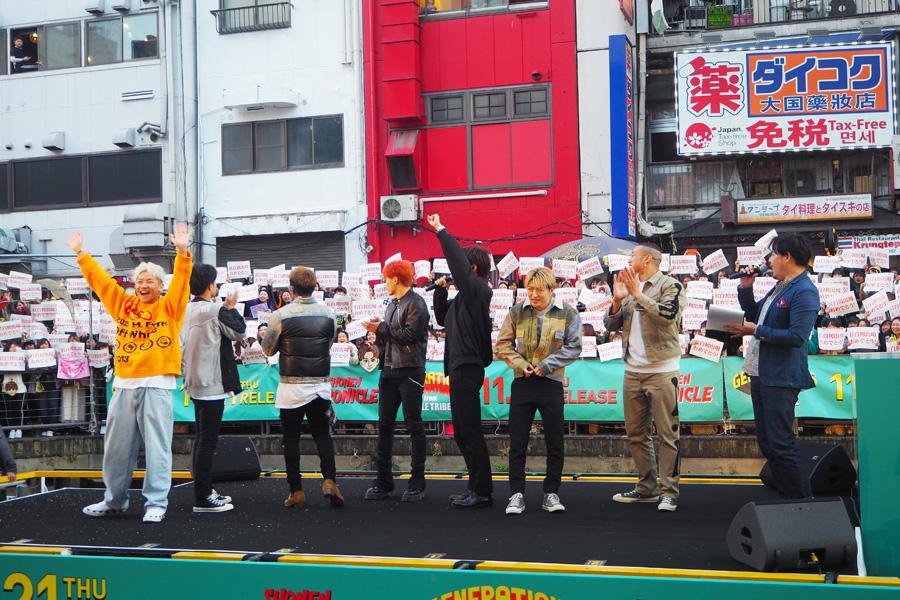 「紅白初出場おめでとう!」のプレートをサプライズで出され、驚くGENERATIONSメンバー(21日・大阪市内)