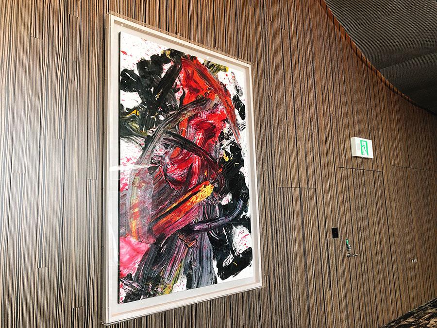 具体美術協会の作家・白髪一雄の作品は11階のロビーにある