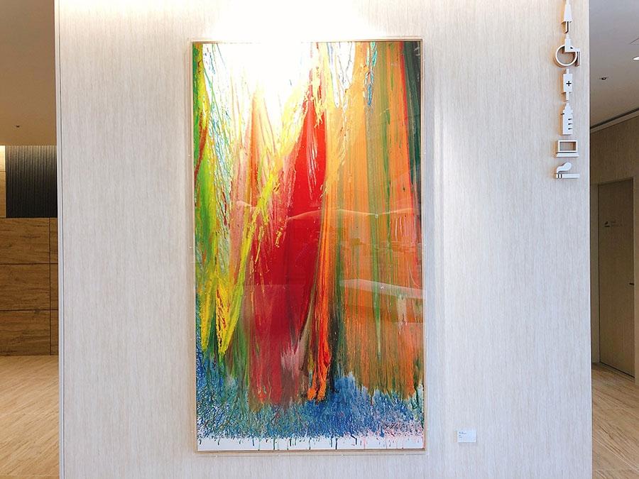 11階のロビーにある、具体美術協会の作家・嶋本昭三の作品「無題」