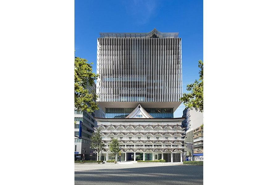 もとの「新歌舞伎座」の意匠を受け継ぎ、隈研吾により設計された「ホテルロイヤルクラシック大阪」(大阪市中央区)