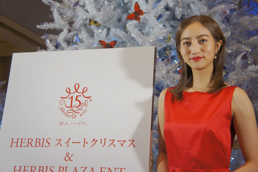 「ハービスプラザエント」の開業15周年を記念したクリスマスツリー。その点灯式に出席した堀田茜(8日・大阪市内)