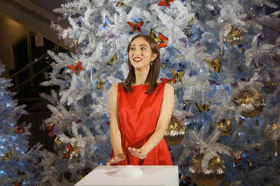 点灯ボタンを押し、キラキラ光るクリスマスツリーに感動する堀田茜(8日・大阪市内)
