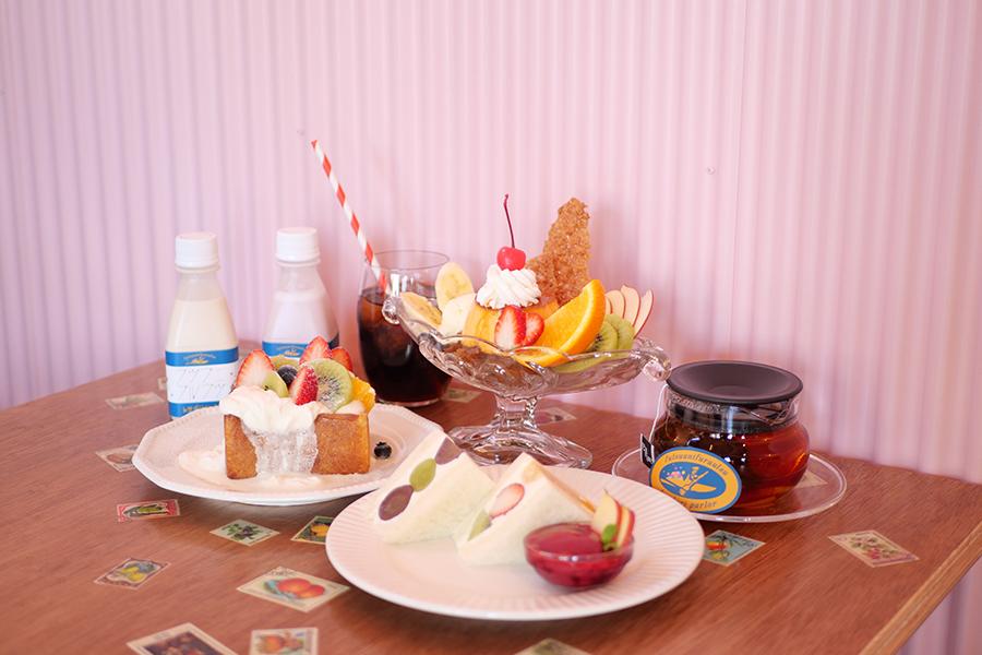「フツウニフルウツ土佐堀パーラー」では、看板商品のフルーツサンドやパフェメニューが揃う
