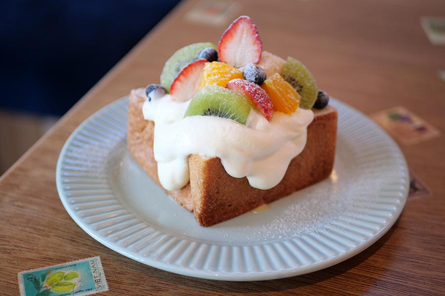 「パンとエスプレッソと」の人気食パン・ムーを使った「フルーツトースト」(1000円)