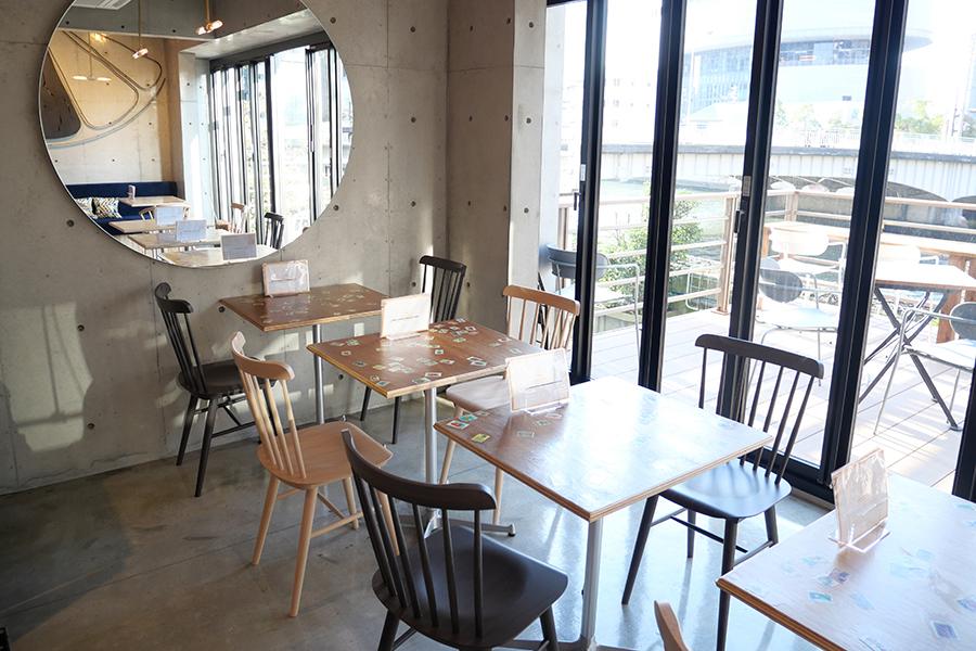 「フツウニフルウツ土佐堀パーラー」の2階カフェスペース