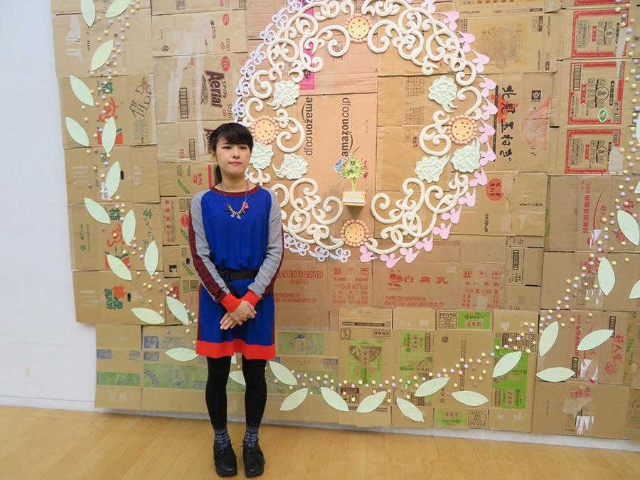 展示作品と作家・入江早耶。1983年岡山市生まれ。関西での個展は初めて