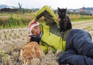 ネコと戯れるフォトグラファー・岩合氏 ⒸIwago Photograhic Office